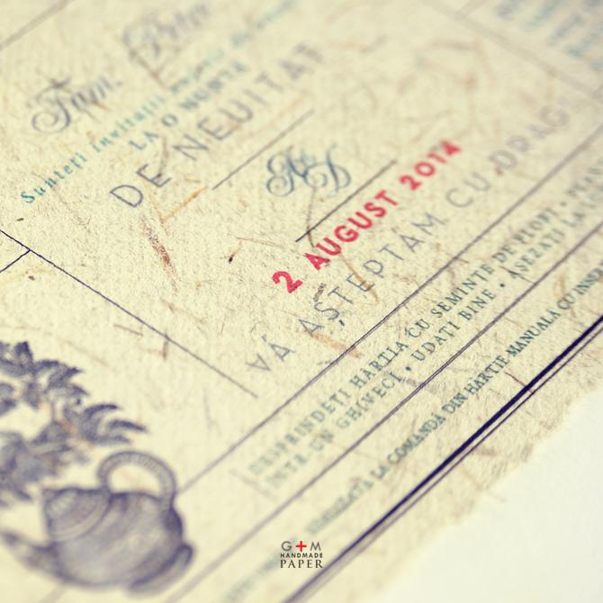 detaliu hartie manuala alba cu fire de iarba verde