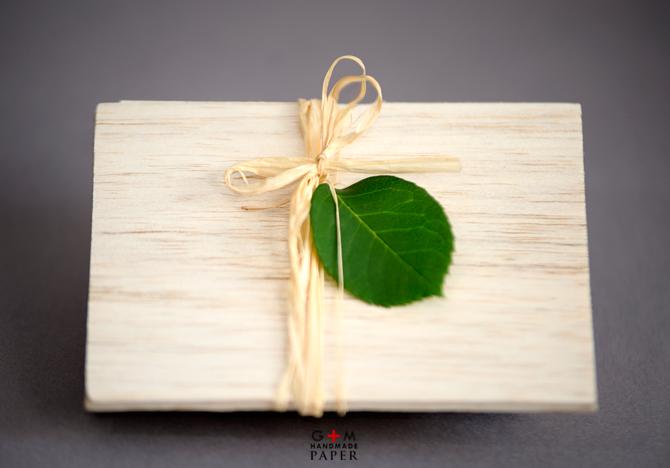 Invitatie de nunta din lemn cu fundita si frunze verzi