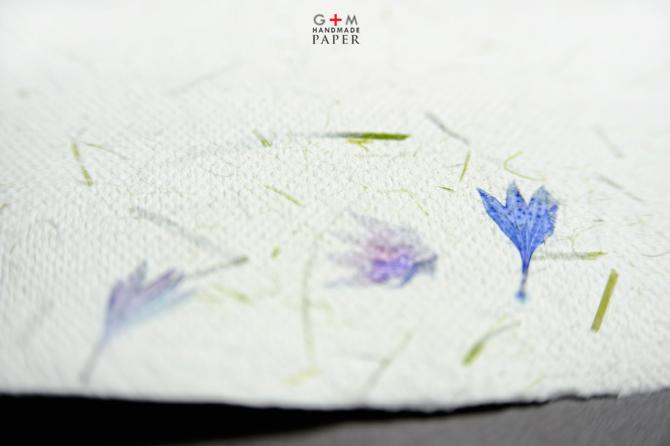 Hartie manuala cu flori albastre