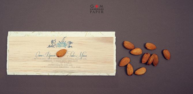 Invitatii de nunta pe lemn cu plic eco din hartie manuala cu fire de iarba verde