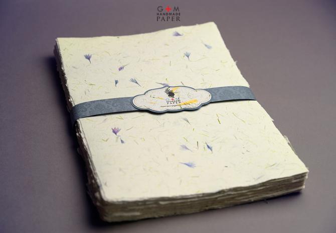 Hartie manuala cu petale albastre