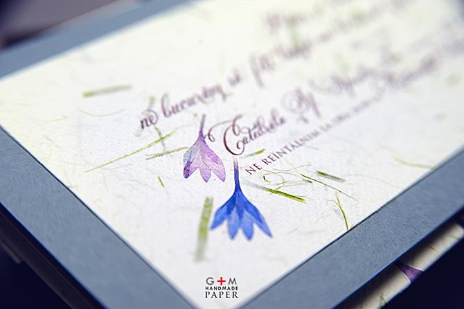 detaliu invitatie cu flori albastre si violet