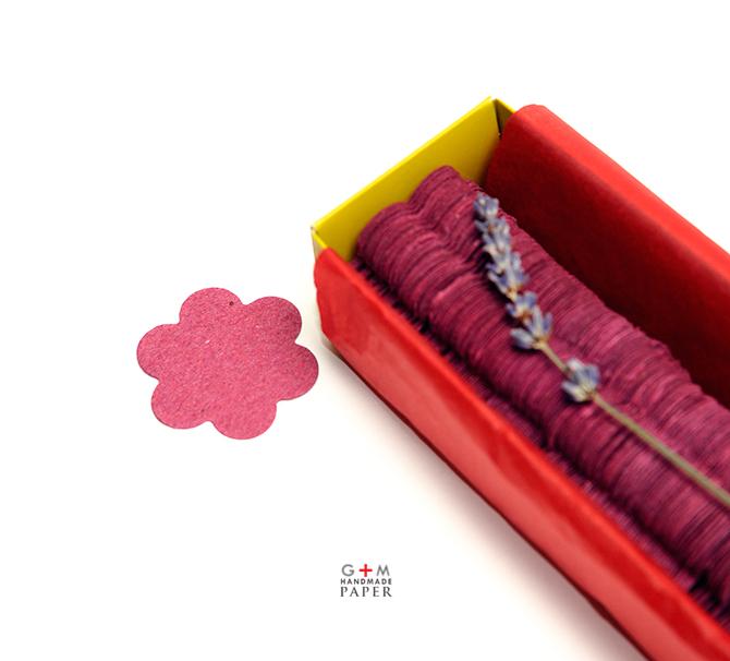 Hartie cu seminte de flori in forma de floare