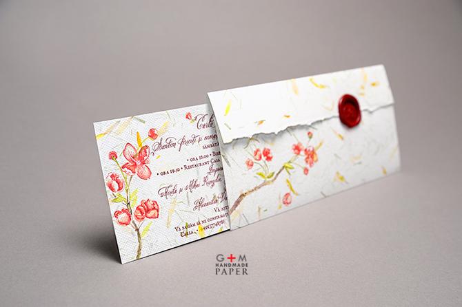 Invitatie din hartie manuala cu petale de flori